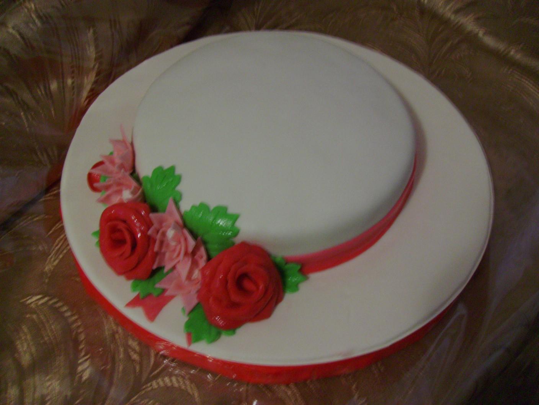 Цветы из мастики на шоколадном торте фото