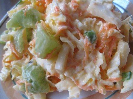 Салат з пекінської капусти, ківі та моркви