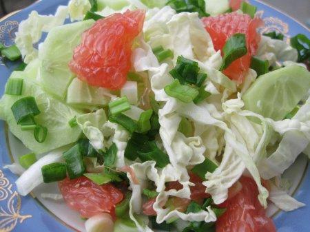 Салат з пекінської капусти, огірків та грейпфруту