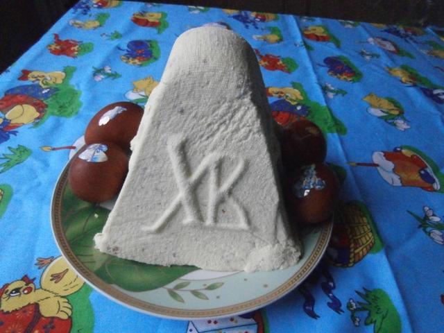 Сир протираємо через сито, щоб він став ніжним і пухнастим.  Яйця взби.